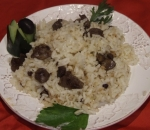 Rice with fried chicken livers and raisins