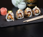 Uramaki Crispi chicken, dried tomatoes and onions