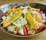 Green salad with crispy chicken