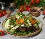 Salad with goat cheese and roasted pumpkin