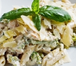 Penne with broccoli, chicken fillet and gorgonzola