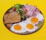 Base of 3 scrambled or fried eggs served in brioche bread and fresh salad
